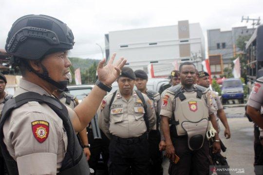 Ratusan anggota TNI dan Polri buka blokade jalan di kota Sorong