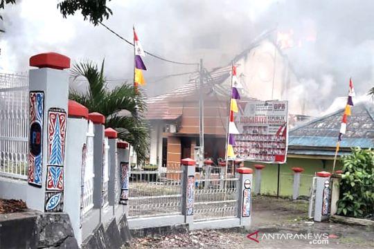 Gedung DPRD Papua Barat dibakar massa
