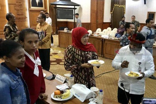 Bertemu Stafsus Presiden bahas Papua, Khofifah suguhkan papeda