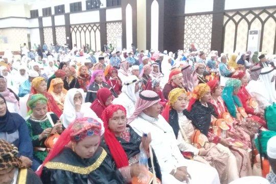 Jamaah haji pria asal Sinjai kenakan jubah Raja Arab