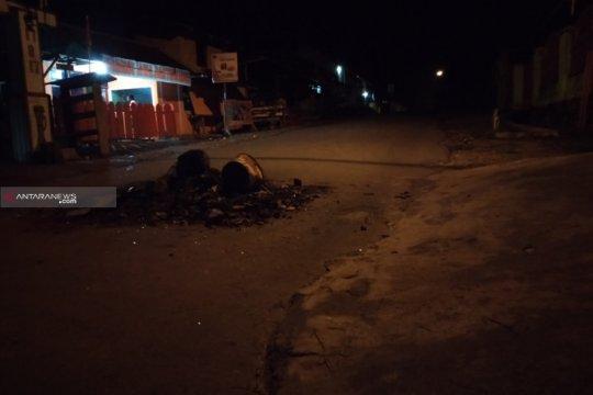 Kota Sorong sepi di malam hari, aparat masih berjaga
