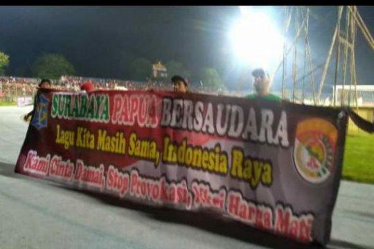 Bonek kibarkan spanduk bertuliskan Surabaya-Papua bersaudara
