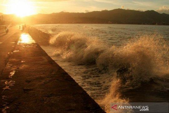 Perairan di Sulbar diterjang gelombang setinggi empat meter