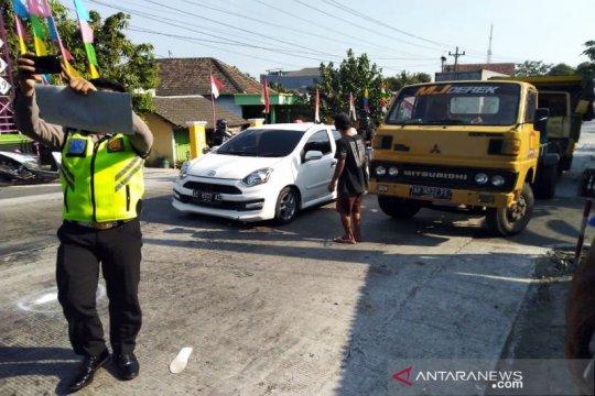 Motor kecepatan tinggi tabrak truk, dua tewas di lokasi