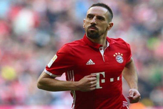 Dorong hakim garis, Ribery diskors tiga pertandingan