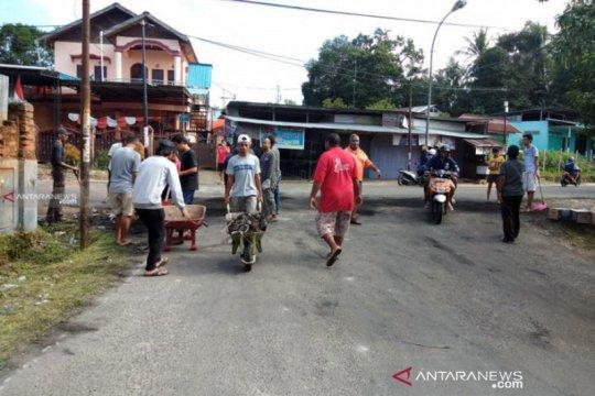 Warga Kelurahan Klabulu Sorong bersihkan palang jalan