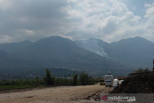 Lahan hutan Gunung Guntur terbakar