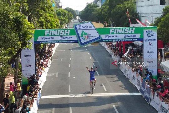 Warga Jember antusias sambut kedatangan peserta Tour d'Indonesia