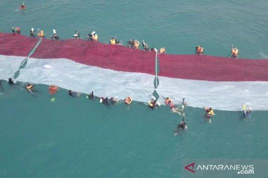 10 penyandang disabilitas kibarkan merah putih di bawah laut