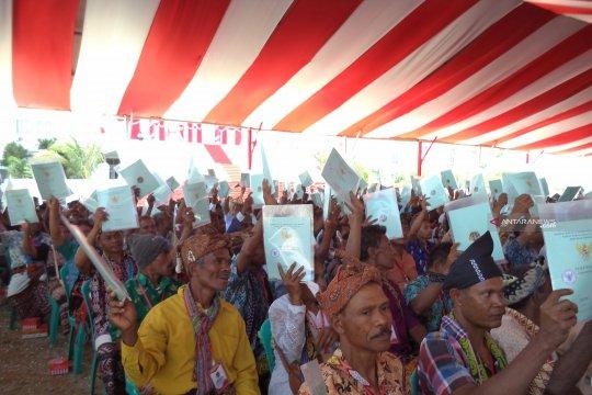 Presiden Jokowi menyerahkan 2.709 sertifikat tanah di NTT