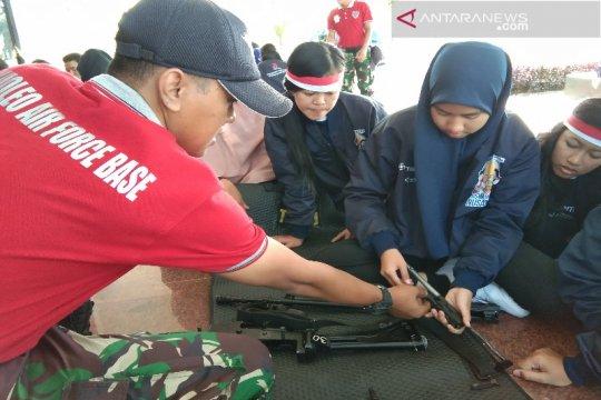 Peserta SMN Babel bongkar pasang senjata di Lanud Haluoleo