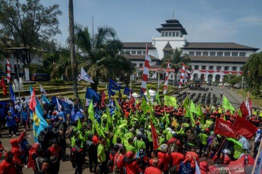 Aksi buruh tuntut upah yang layak di berbagai daerah