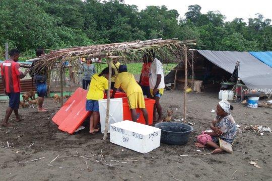Masyarakat Yenbekaki lepas tukik penyu belimbing ke laut