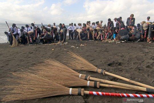 Aksi bersih pantai dari sampah plastik