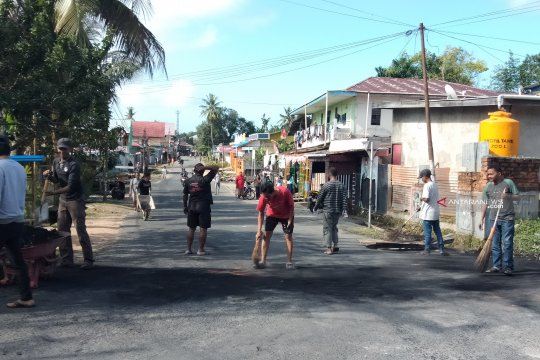 TNI bantu warga Sorong bersihkan jalan