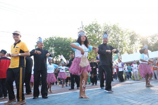 Wali Kota Probolinggo menari Sajojo bersama pelajar Papua