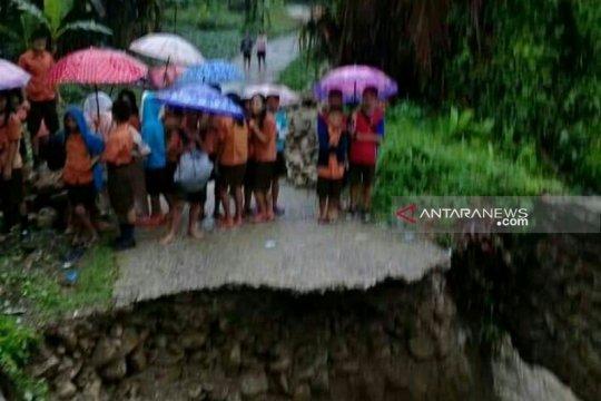 Banjir putuskan jalan penghubung di Nias Selatan