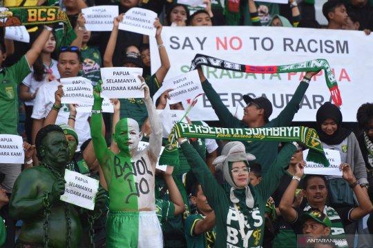 Tolak rasialisme, penonton sepak bola Indonesia bentangkan poster dukungan untuk warga Papua