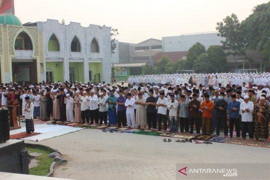 Ribuan santri dan warga Pekanbaru shalat minta hujan di tengah asap
