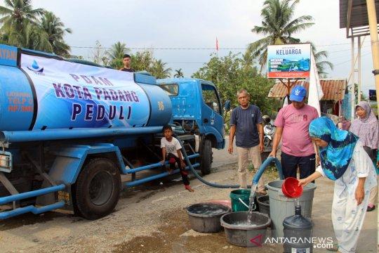 Warga terdampak kekeringan di Padang mendapat bantuan air bersih