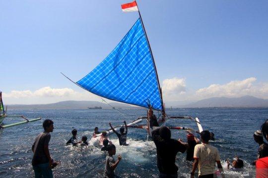 Serunya lomba perahu layar tradisional di Banyuwangi