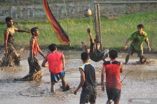 Atraksi sepak bola lumpur