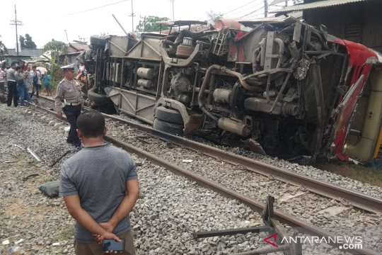Bus Agra Mas terbalik dihantam kereta di Karawang