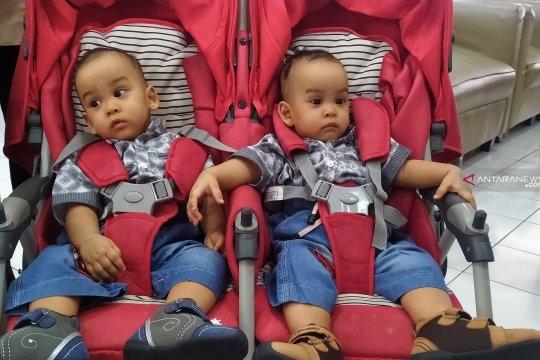 Bayi kembar siam dempet Adam dan Malik dipulangkan