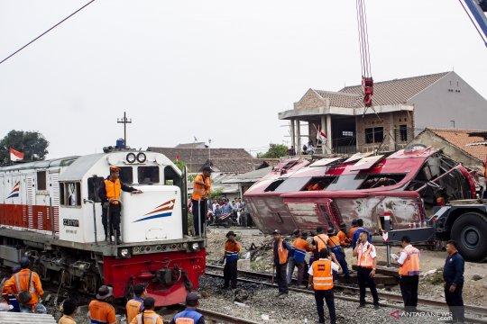 KA Argo Parahyangan terjang bus di Karawang
