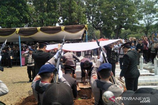 Ipda Erwin dimakamkan di Taman Makam Pahlawan Cikaret, Cianjur