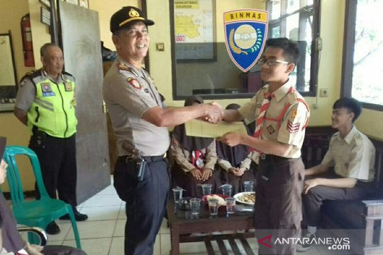 SMPN Sukaresmi berikan sumbangan untuk polisi terbakar