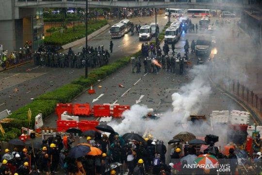 Polisi Hong Kong tembakkan gas air mata untuk bubarkan massa