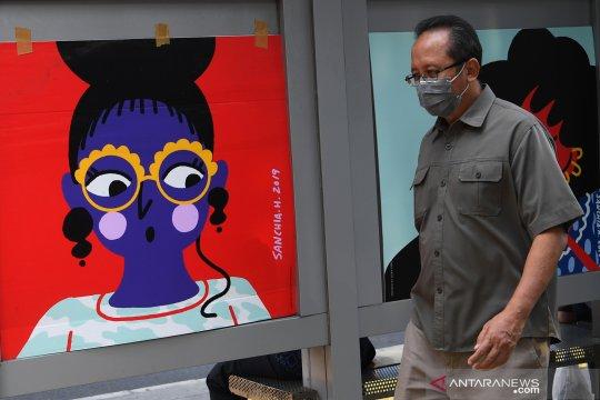 Pemasangan instalasi seni rupa di Halte Transjakarta