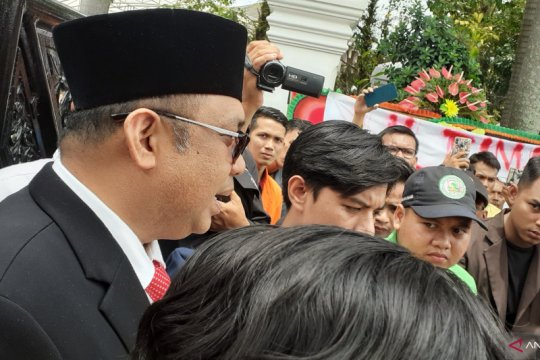 Puluhan mahasiswa unjuk rasa saat pelantikan 65 anggota DPRD Sumbar