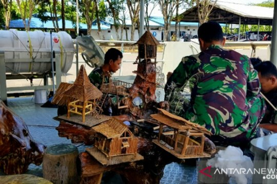 Prajurit Kapal Perang Kal Mamuju II olah sampah kayu jadi karya seni