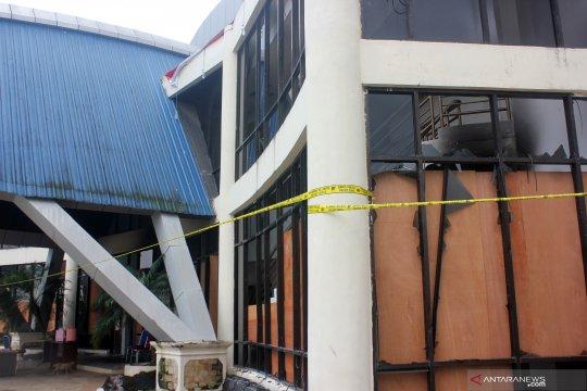 Olah TKP DPRD Kota Sorong pascakerusuhan
