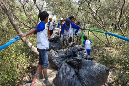 """Coastal clean up"" ekowisata mangrove Muaragembong Bekasi"