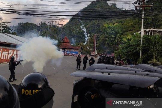 Demo di Jayapura, sebagian masyarakat bermalam di Lantamal X