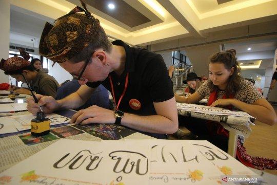 Mahasiswa asing belajar aksara Jawa