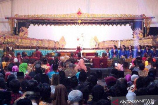 Presiden Jokowi menonton wayang kulit bersama warga Purworejo