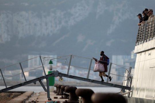 Migran yang terombang ambing tiga pekan di laut tiba di Spanyol
