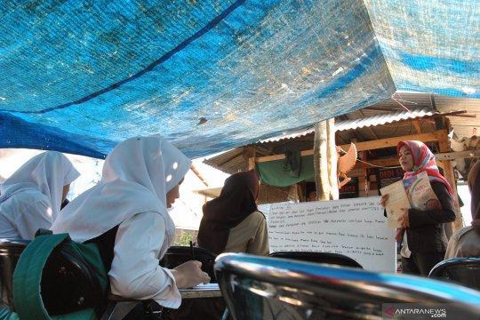 Tidak punya gedung sekolah, 65 siswa belajar beratapkan terpal
