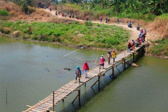 Jembatan kayu penghubung desa Page 2 Small