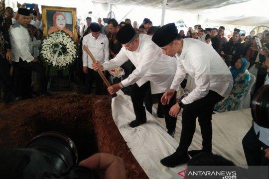 SBY menaburkan tanah ke makam ibundanya
