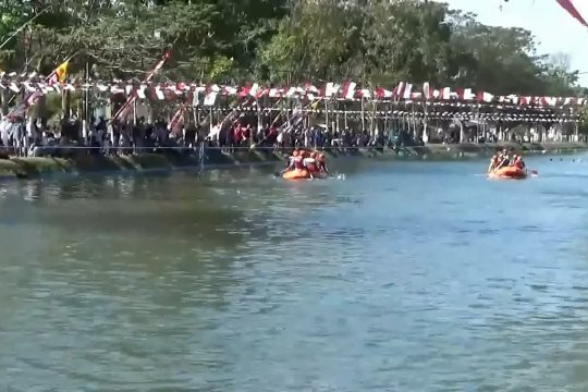 Lomba dayung perahu karet meriahkan 74 tahun Kemerdekaan RI