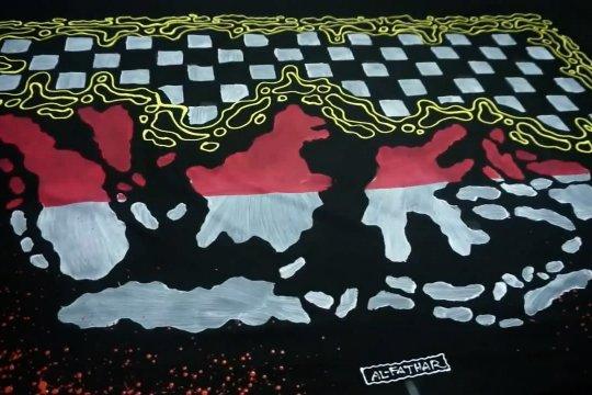 Sarung batik lukis motif peta Indonesia