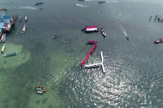 Bendera Merah Putih terbentang di atas perairan perbatasan