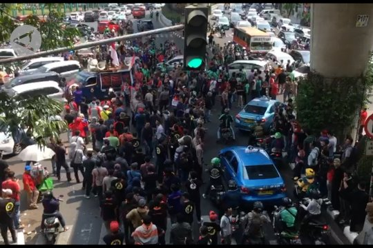 Ribuan pengemudi ojek daring demo kantor Gojek