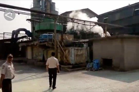 Menginspeksi pabrik penyumbang polusi udara