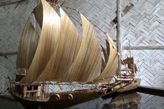Kerajinan miniatur kapal dari bambu bekas